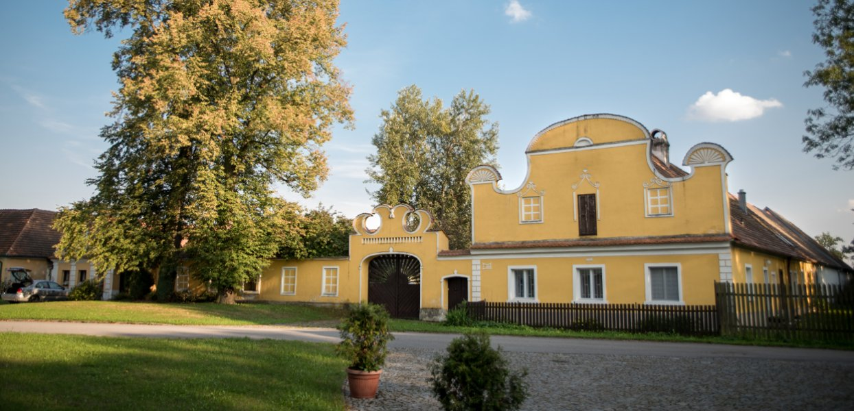 Pohled na stavení v obci
